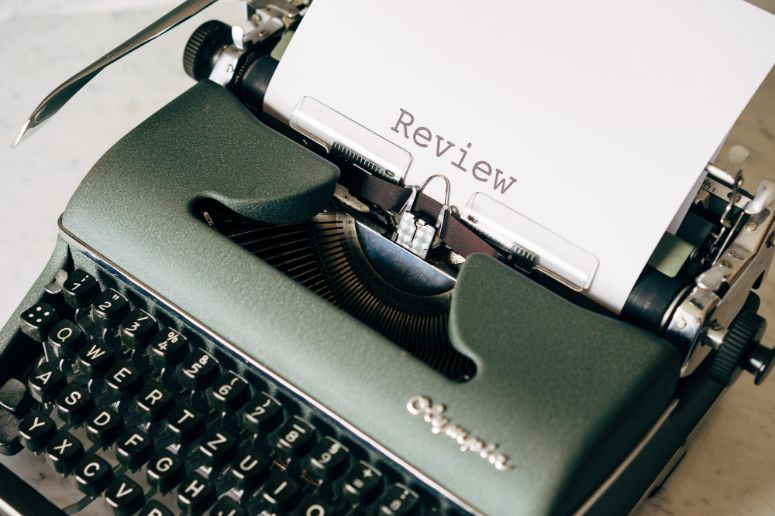 black-and-white-typewriter-on-table-4065400 (1)